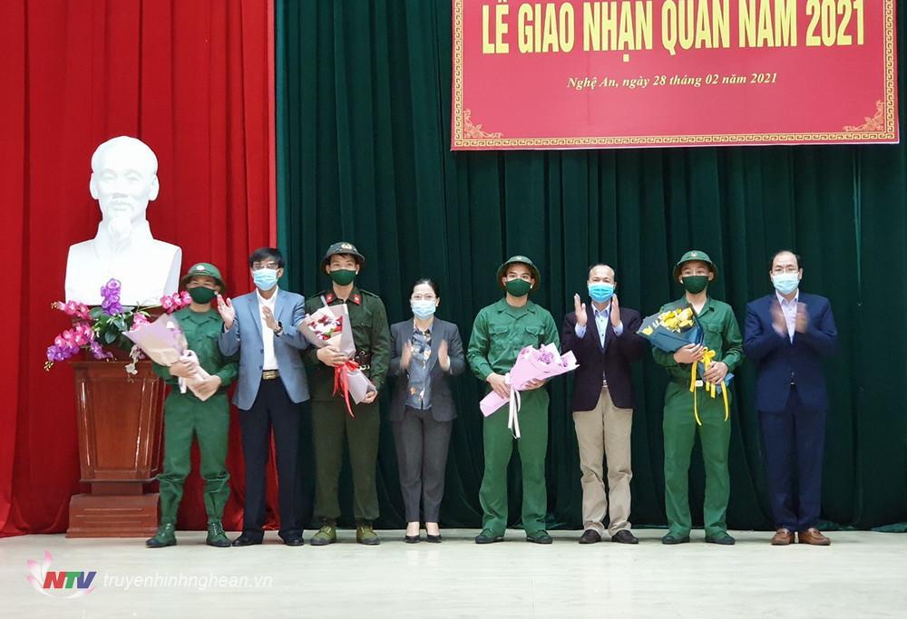 Đại diện lãnh đạo Sở, thị xã tặng quà động viên các tân binh.