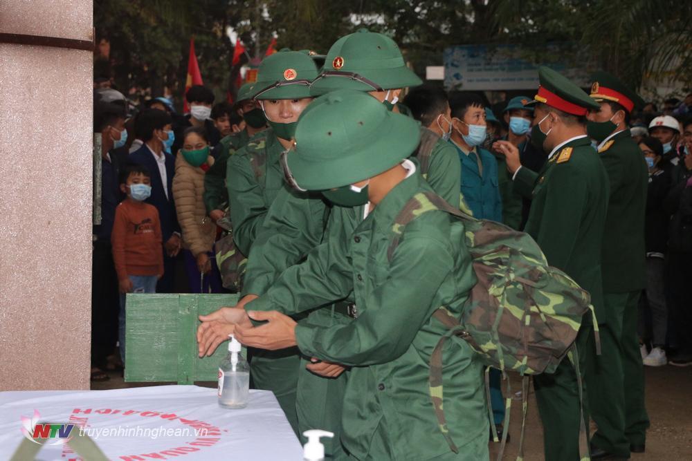 Các tân binh thực hiện nghiêm công tác phòng, chống dịch tại buổi lễ.