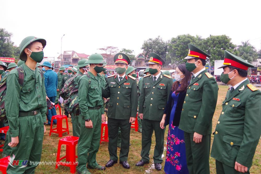 Động viên các tân binh lên đường nhập ngũ.