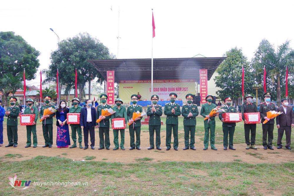 Các đại biểu tặng hoa các đơn vị giao nhận quân.
