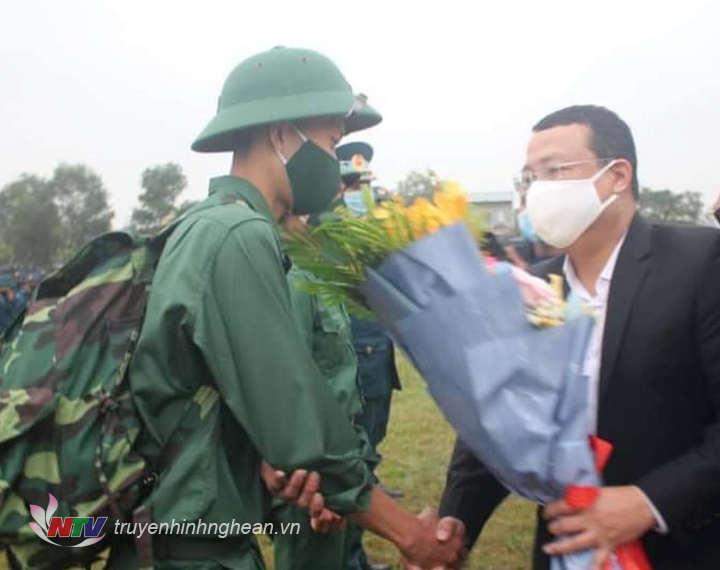 Đại diện lãnh đạo huyện Nghi Lộc động viên tân binh.