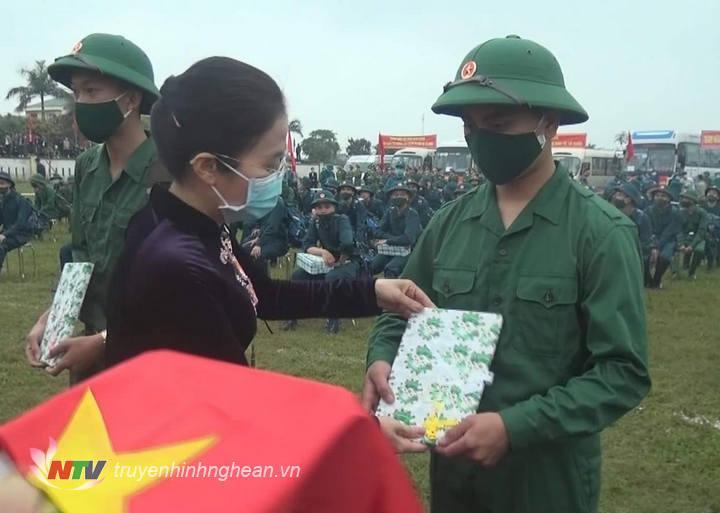 Chủ tịch UBMTTQ tỉnh Võ Thị Minh Sinh tặng quà động viên tân binh trước giờ nhập ngũ.