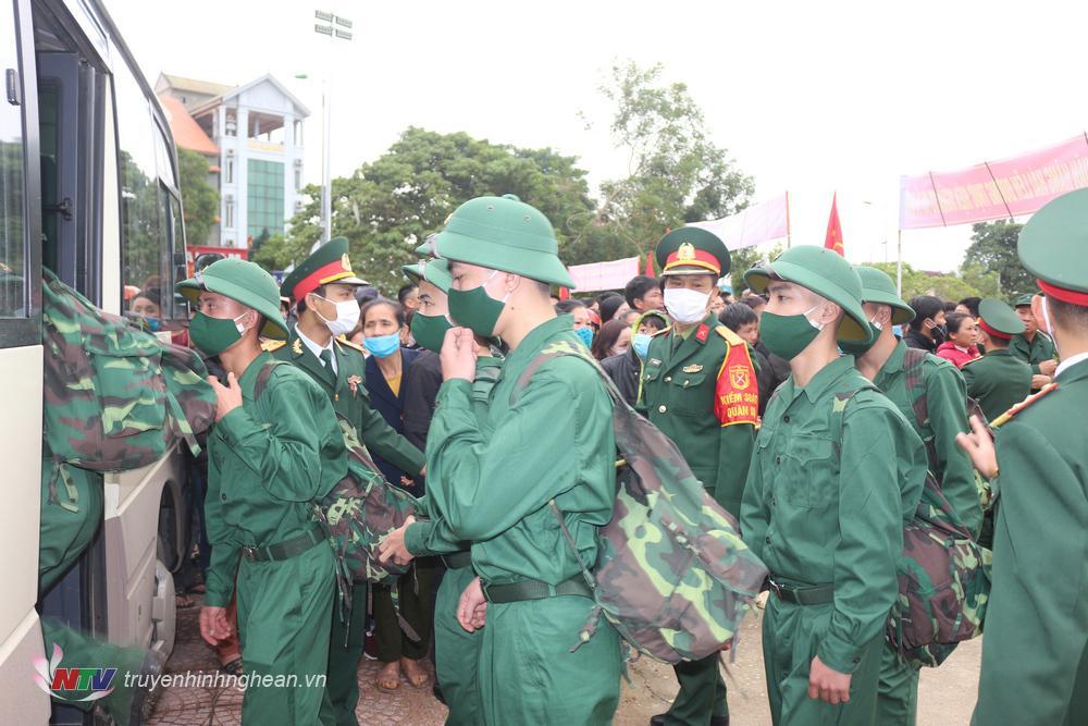 Các tân binh tự tin lên đường nhập ngũ.