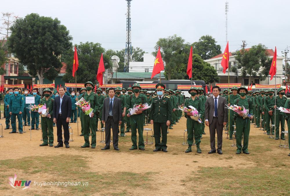 Đại diện lãnh đạo tỉnh, huyện Quỳ Châu tặng hoa và quà động viên các tân binh.