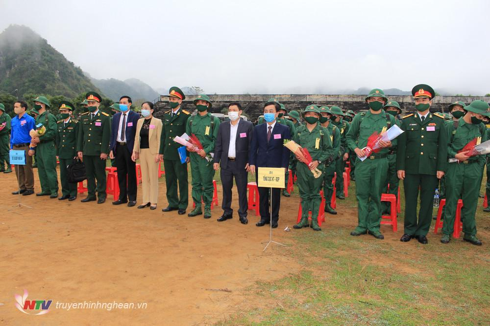 Lãnh đạo huyện tặng hoa động viên các tân binh.