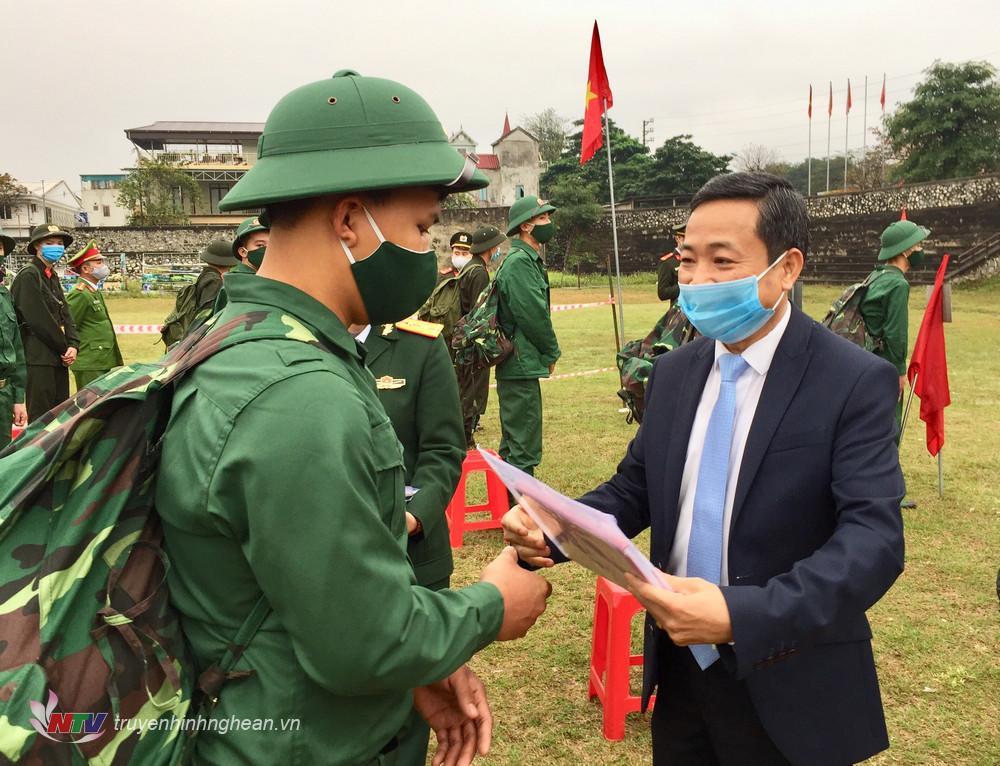 Đại diện lãnh đạo thị xã tặng quà cho các tân binh trước lúc lên đường nhập ngũ.