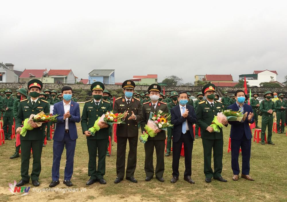 Đại diện lãnh đạo tỉnh và lãnh đạo thị xã tặng hoa cho các đơn vị tiếp nhận tân binh.