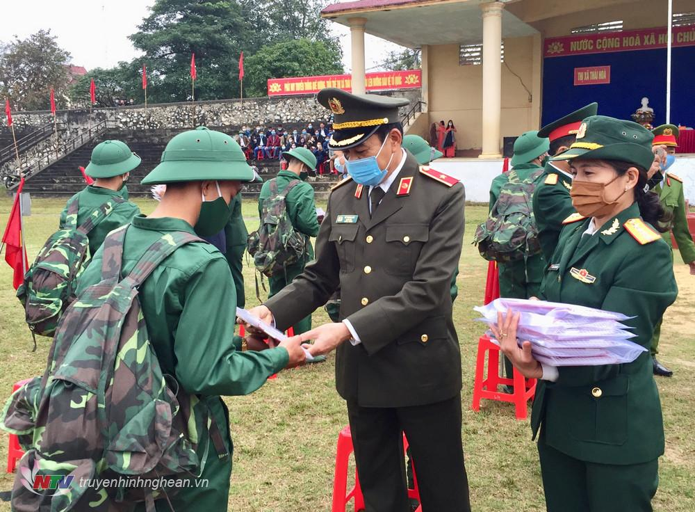 Giám đốc Công an tỉnh Võ Trọng Hải tặng quà cho các tân binh trước lúc lên đường nhập ngũ.