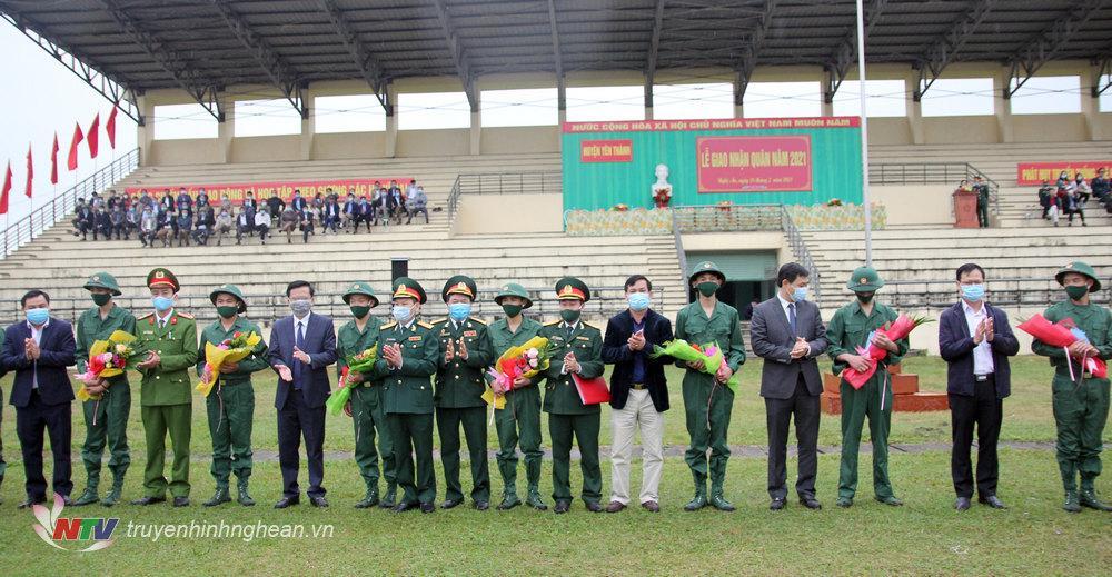 Đại diện lãnh đạo tỉnh, huyện Yên Thành tặng hoa chúc mừng các đơn vị giao, nhận quân và động viên các tân binh lên đường nhập ngũ.