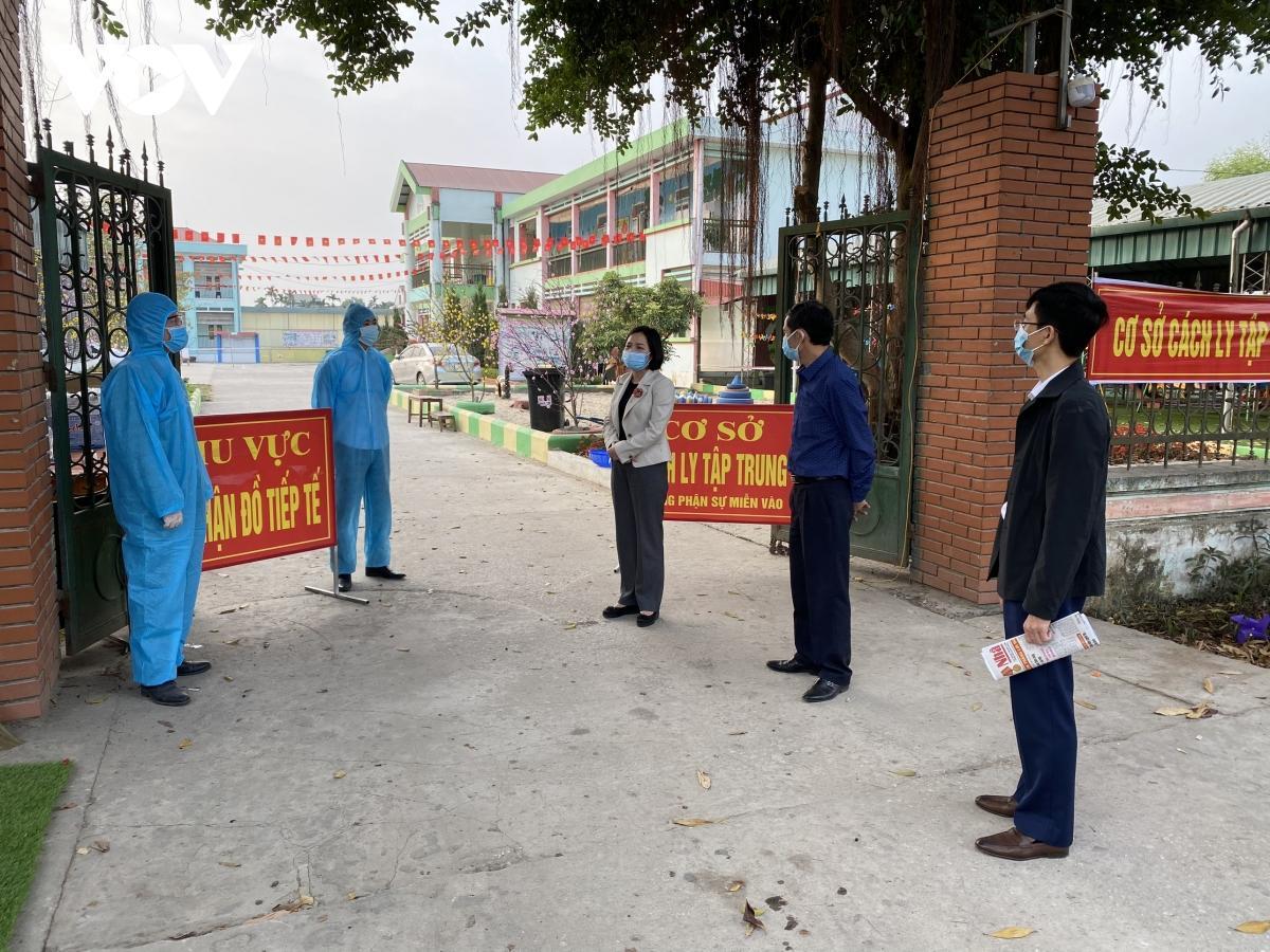 Bà Sái Thị Yến, Bí thư Thị ủy Kinh Môn (Hải Dương) kiểm tra khu cách ly tập trung.