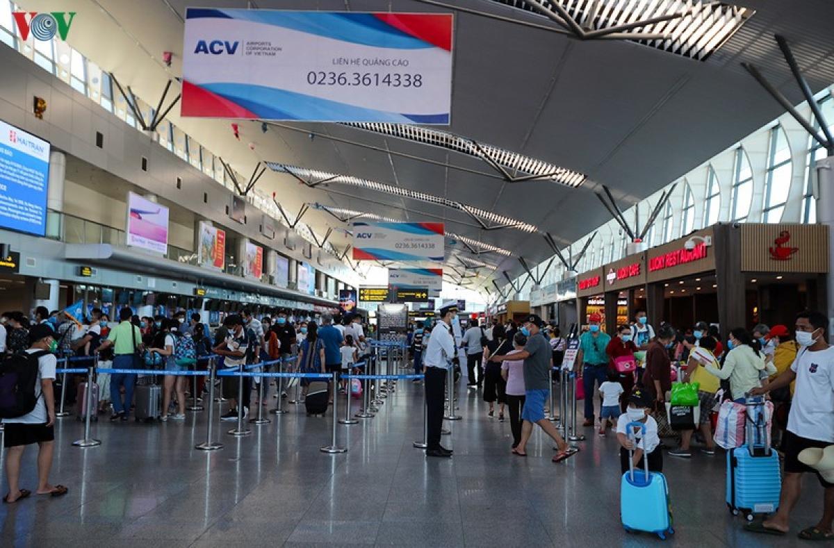 Trước diễn biến phức tạp của dịch COVID-19 ở nhiều địa phương, các hãng hàng không đã đưa ra một số chính sách hỗ trợ khách hoàn vé, đổi vé.