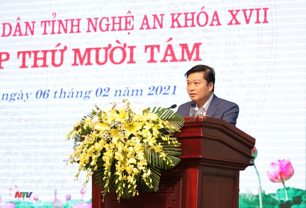 Phó Chủ tịch Thường trực UBND tỉnh Lê Hồng Vinh trình bày tờ trình về dự thảo Nghị quyết về quy đih các mức chi phục vụ công tác bầu cử đại biểu Quốc hội khoá XV và đại biểu HĐND các cấp nhiệm kỳ 2021 - 2026 trên địa bàn tỉnh Nghệ An.