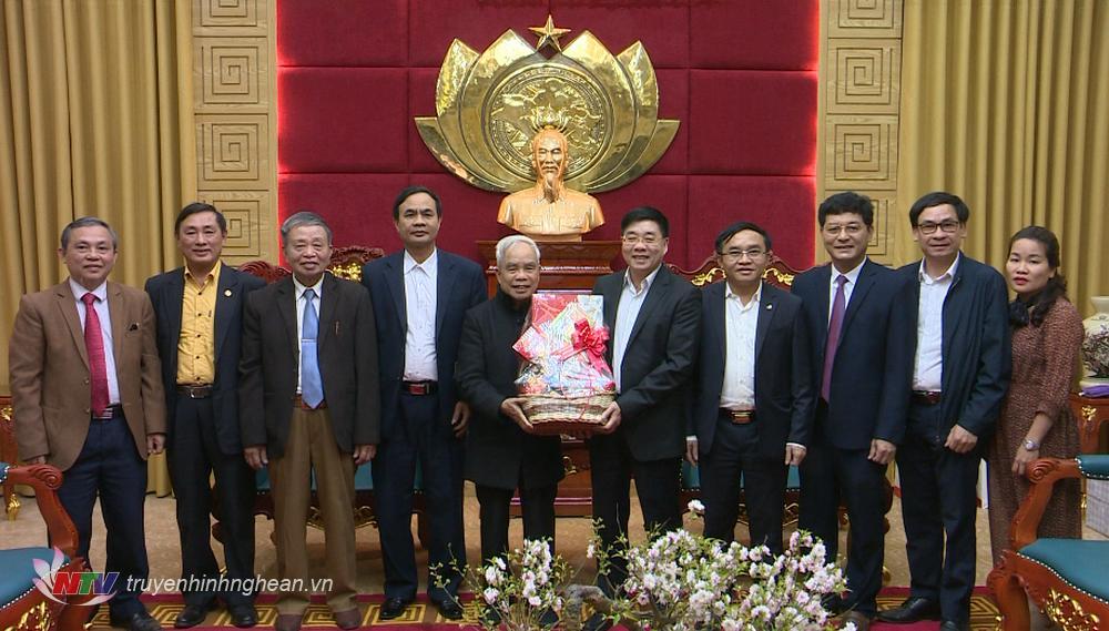 Ủy ban Đoàn kết Công giáo tỉnh chúc Tết Tỉnh ủy tặng quà chúc Tết Tỉnh ủy.