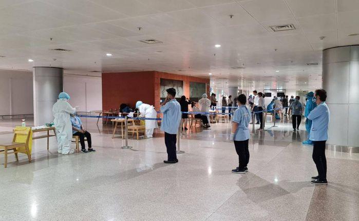 Lấy mẫu xét nghiệm tại sân bay Tân Sơn Nhất. Ảnh: internet