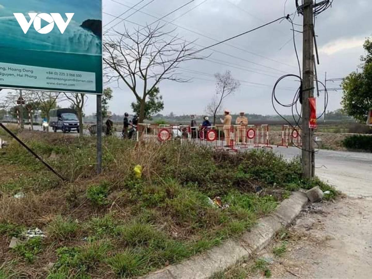 Khu vực đường vào thôn Lôi Động (xã Hoàng Động, Thủy Nguyên, Hải Phòng) đã được phong tỏa.