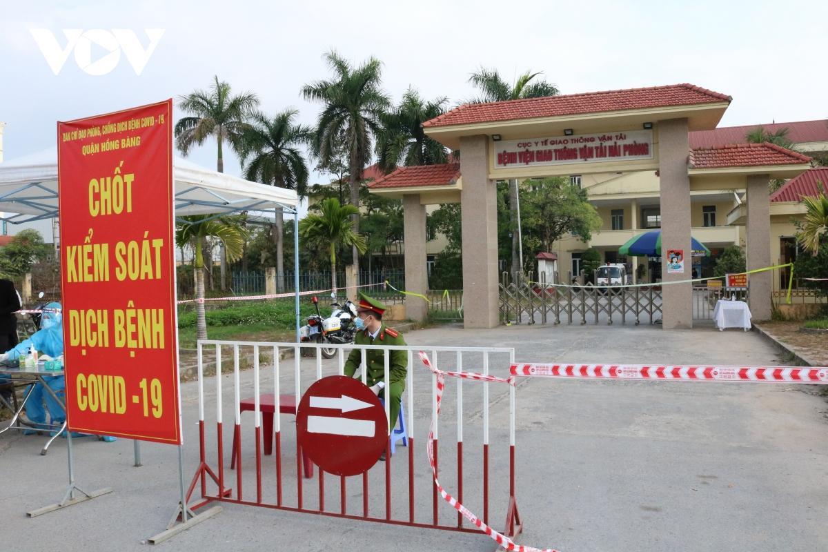 Bệnh viện Giao thông - Vận tải Hải Phòng, nơi trường hợp này làm việc, cũng đã được phong tỏa từ sáng sớm 22/2.