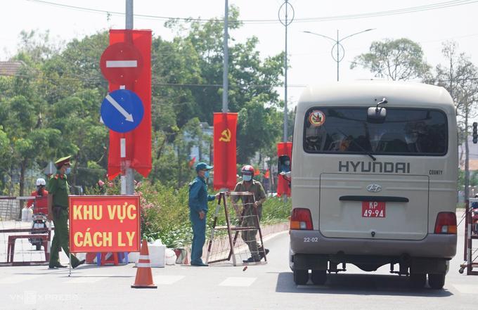 Xe quân đội chở sinh viên đi đến khu cách ly tập trung.