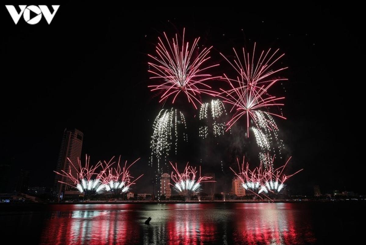 Người dân mong chờ thời tiết thuận lợi để chiêm ngưỡng những màn pháo hoa chào đón năm mới.