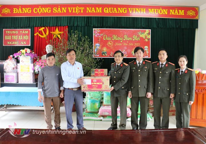 Tặng quà Tết cho Trung tâm bảo trợ xã hội tỉnh.