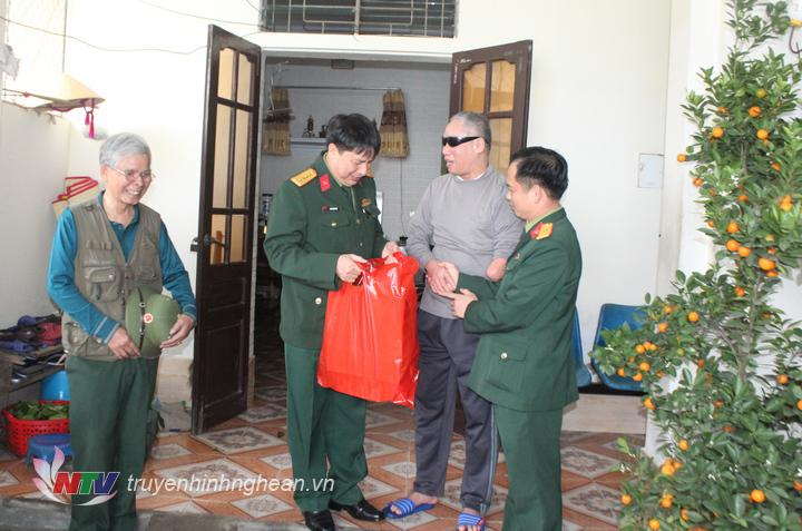 thăm hỏi, tặng quà cho các đồng chí thương, bệnh binh tại Trung tâm thương binh tỉnh Nghệ An.