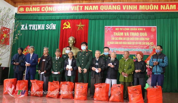 Trao quà Têt cho CCB xã Thịnh Sơn.