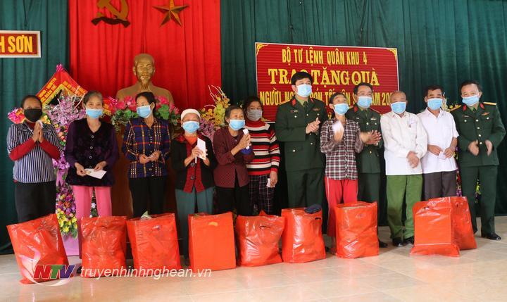 Trao quà Tết cho các hộ có hoàn cảnh khó khăn và CCB xã Minh Sơn.