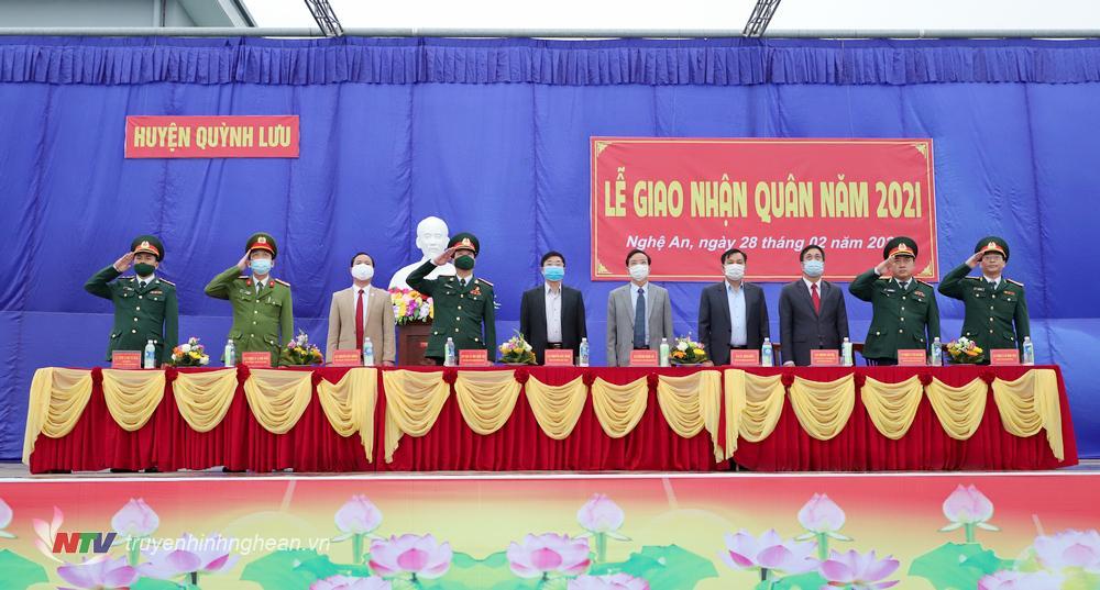 Các đại biểu thực hiện nghi lễ chào cờ.