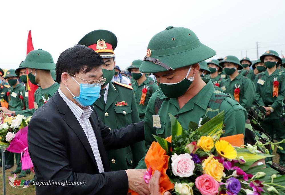 Phó Bí thư Thường trực Tỉnh uỷ Nguyễn Văn Thông tặng hoa động viên các tân binh lên đường nhập ngũ.