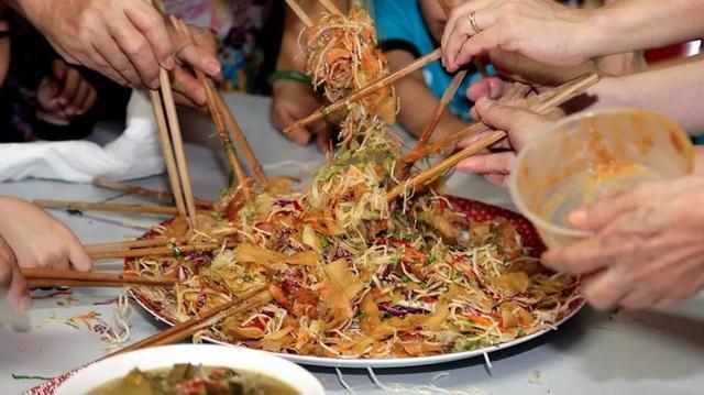Yu Sheng – món gỏi cá truyền thống của Singapore (Nguồn: CNA)