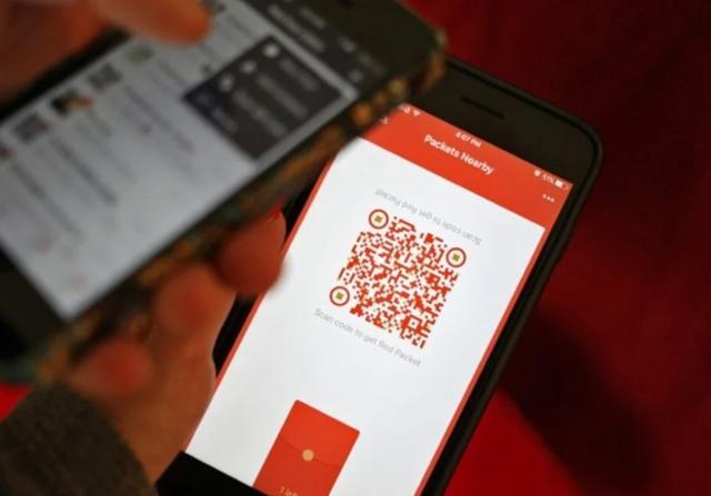 Ứng dụng WeChat Pay cho phép người dùng quét mã QR để nhận phong bao lì xì (Nguồn: SCMP)