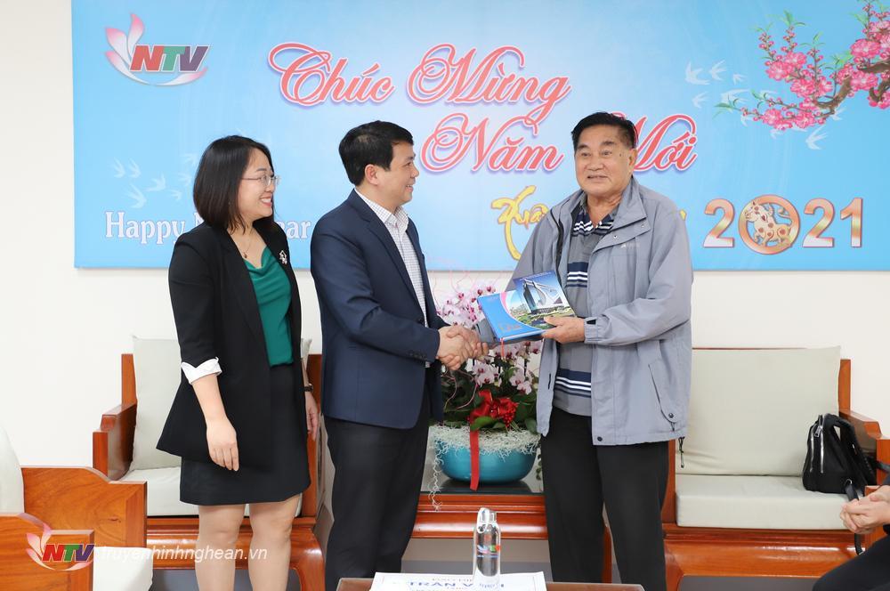 Lãnh đạo Đài PT-TH Nghệ An trao tặng sách ảnh Đài PT-TH Nghe