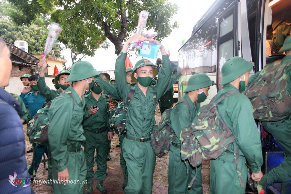 Các tân binh phấn khởi lên đường nhập ngũ.