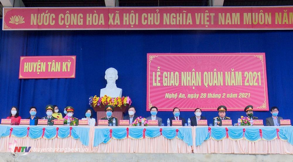 Các đại biểu dự lễ giao nhận quân huyện Tân Kỳ.