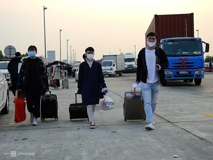 Sinh viên từ Hà Nội về quê đi trên cao tốc Hạ Long - Hải Phòng, ngày 29/1.