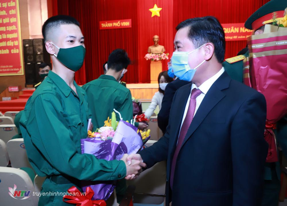 Bí thư Tỉnh uỷ Thái Thanh Quý tặng hoa, động viên thanh niên lên đường nhập ngũ.