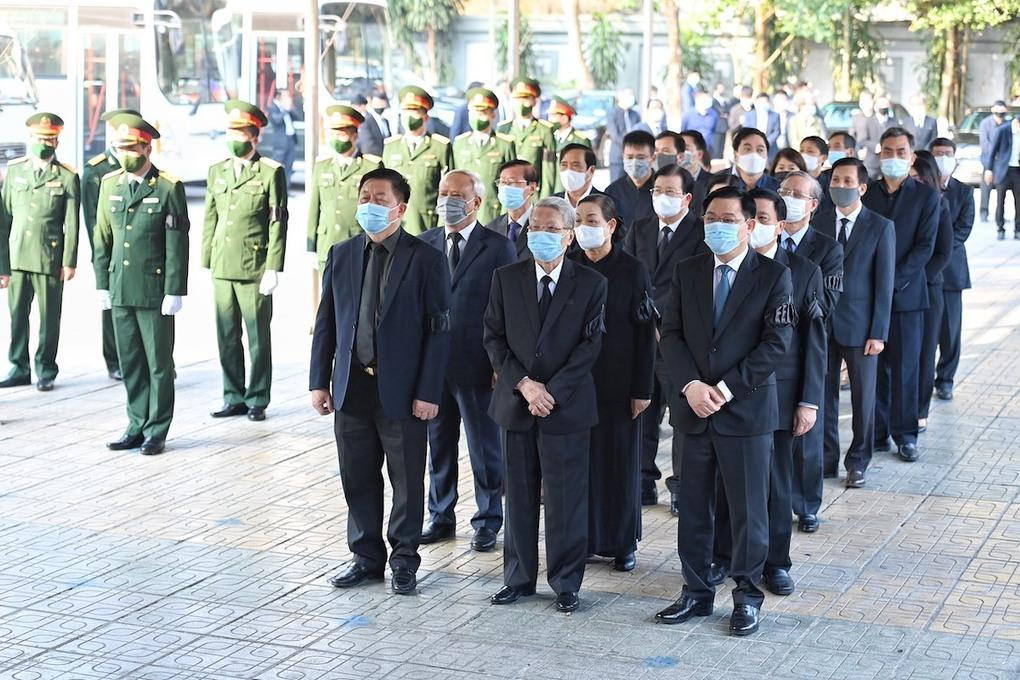 Các lãnh đạo, nguyên lãnh đạo Đảng, Nhà nước vào viếng nguyên Phó thủ tướng Trương Vĩnh Trọng tại Nhà tang lễ Quốc gia, số 5 Trần Thánh Tông, TP Hà Nội, lúc 8h sáng 21/2.