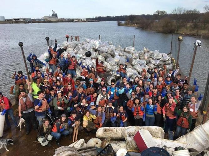   Hoạt động dọn rác trên sông Mississippi ở Mỹ.  