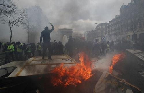 """Người biểu tình """"áo vàng"""" đốt phá tại Khải Hoàn Môn, Paris hôm 16/3."""