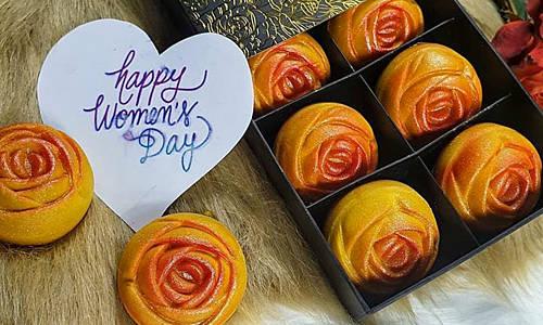 Bánh hoa hồng vừa đẹp, ngon lại ý nghĩa nên là lựa chọn hợp lý khi đem tặng dịp 8/3.