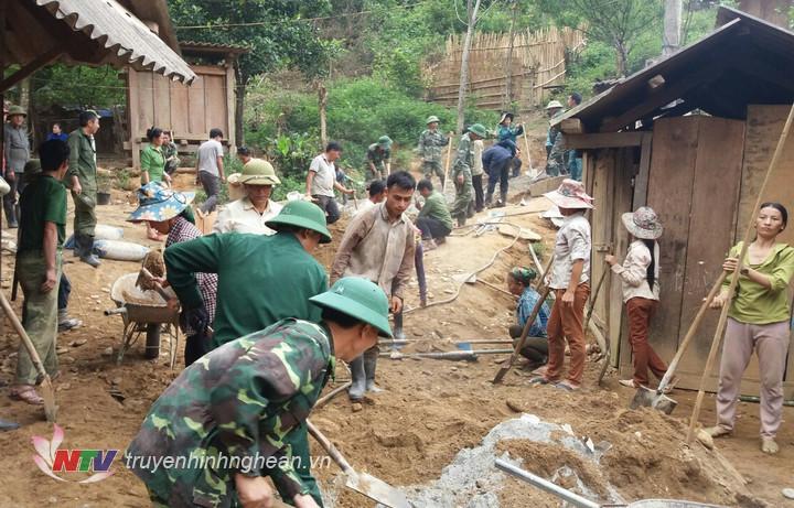 Hơn 200 cán bộ, chiến sỹ cùng người dân làm đường bê tông hóa tại bản.