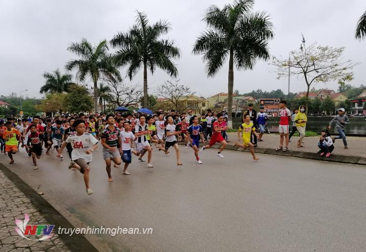 Giải đấu thu hút 400 VĐV đến từ các địa phương, trường học trên địa bàn huyện.