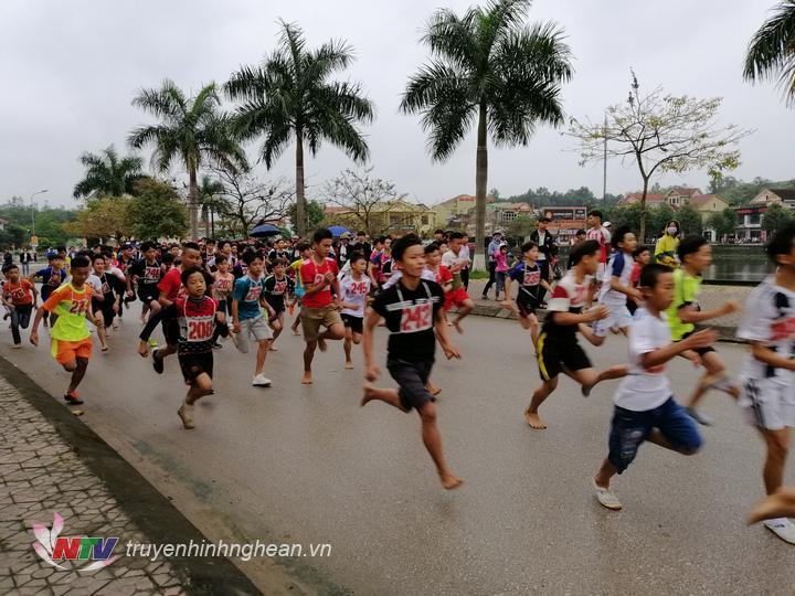 Giải đấu thu hút 400 VĐV đến từ các địa phương, trường học trên địa bàn huyện