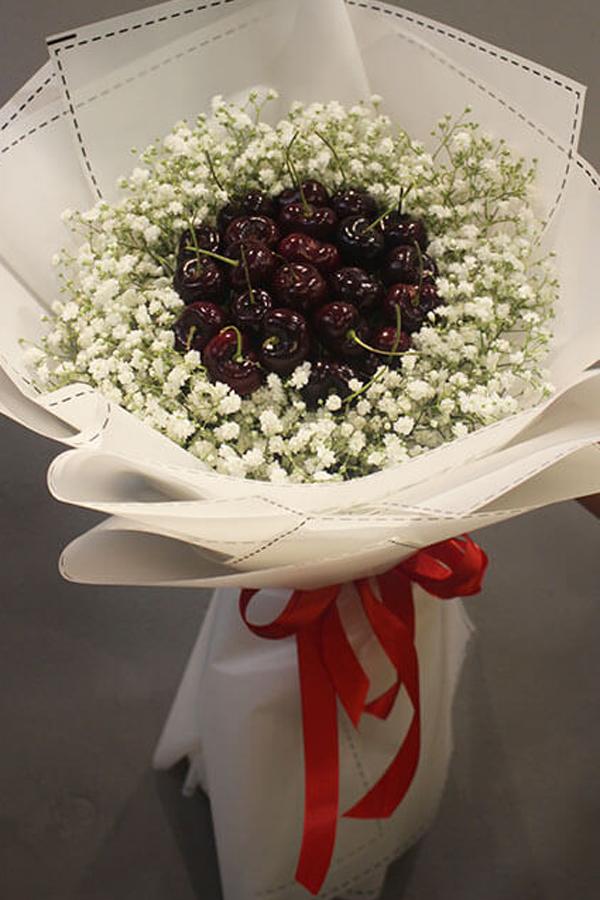 Ngoài dâu tây, nhiều loại quả khác cũng được lựa chọn đưa vào bó thành hoa. Bó hoa được gói bằng trái cherry có giá dao động từ 450.000 - 2.500.000.