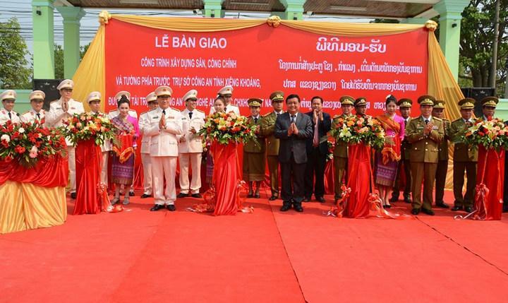 Các đại biểu cắt băng khánh thành công trình sân, cổng chính, tường phía trước Công an tỉnh Xiêng Khoảng