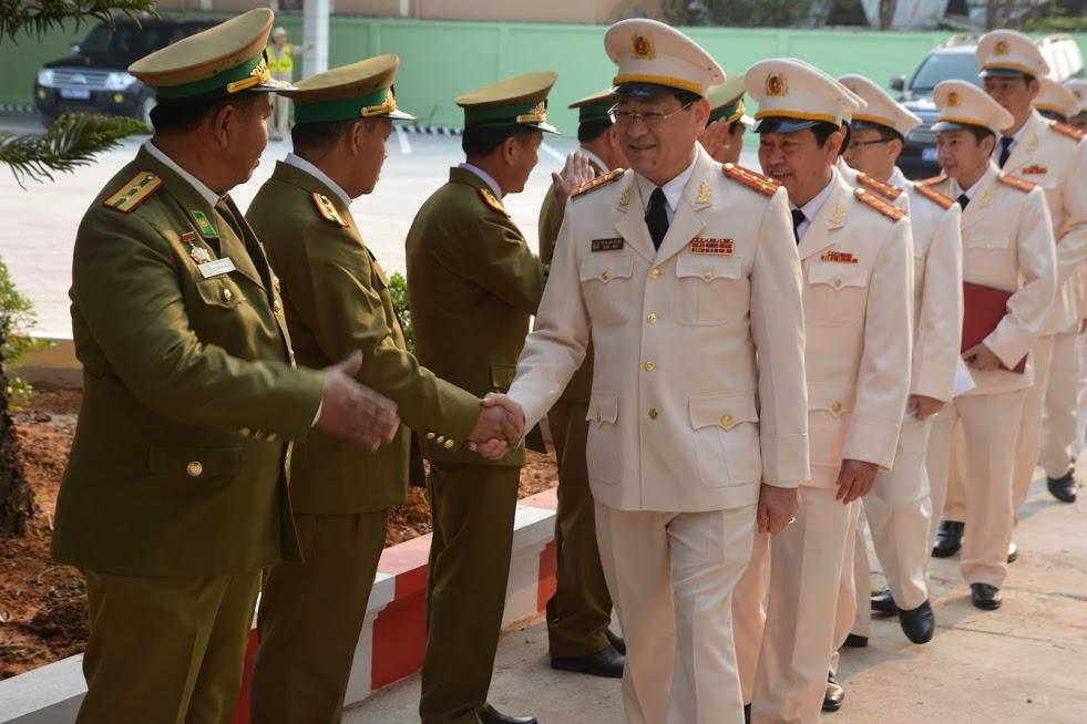 Công an tỉnh Xiêng Khoảng chào đón, bắt tay Đoàn đại biểu cấp cao Công an tỉnh Nghệ An đến khánh thành công trình trụ sở Công an tỉnh Xiêng Khoảng.