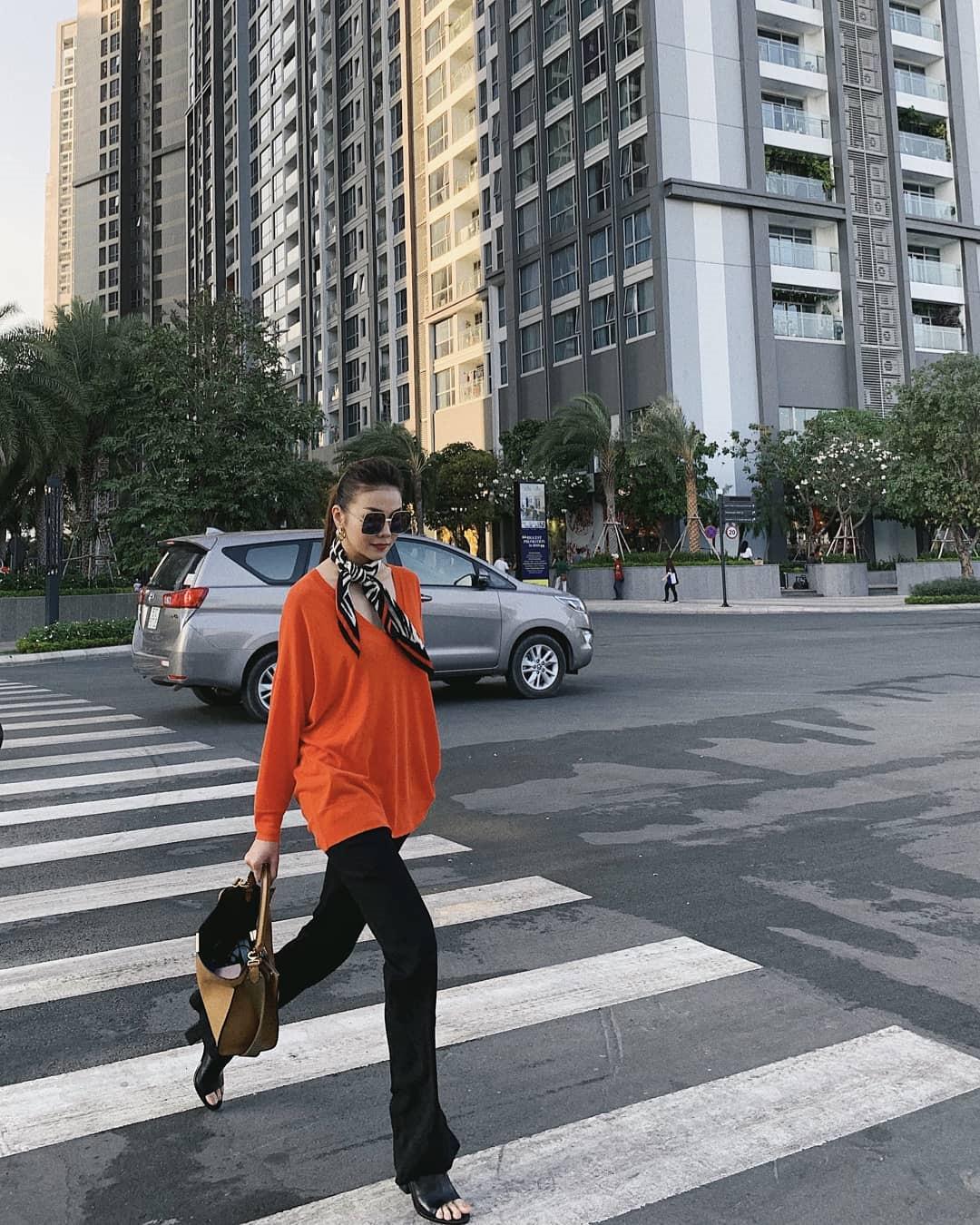 Nhắc đến trang phục dự tiệc hoặc hẹn hò, nhiều người thường mặc định chỉ có váy mới quyến rũ, giúp các cô gái ghi điểm trong mắt người ấy. Trên thực tế, có nhiều cách để diện quần tây, jeans mà vẫn đẹp và quyến rũ. Thanh Hằng là một trong những sao Việt rất chuộng style mạnh mẽ này.