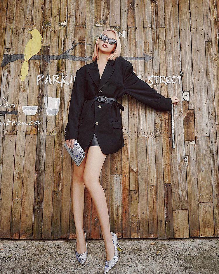 Phí Phương Anh gợi ý mặc blazer dáng dài khoe chân thon. Style này dễ ứng dụng, được tín đồ thời trang khắp thế giới lăng xê.