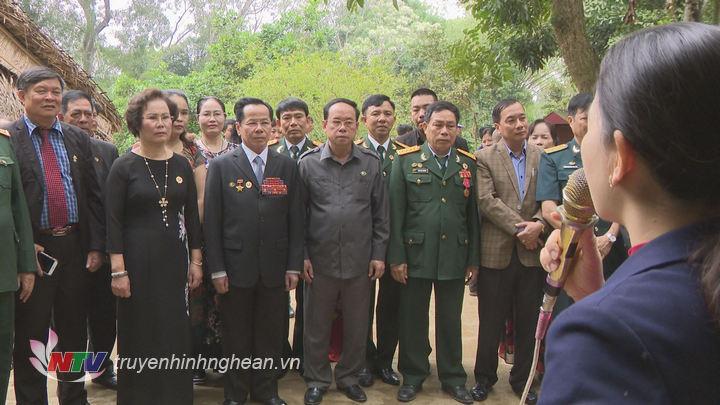 Đoàn về thăm quê nội của Chủ tịch Hồ Chí Minh.