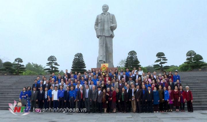 Các đại biểu chụp ảnh lưu niệm dưới chân tượng đài Bác tại Quảng trường Hồ Chí Minh.