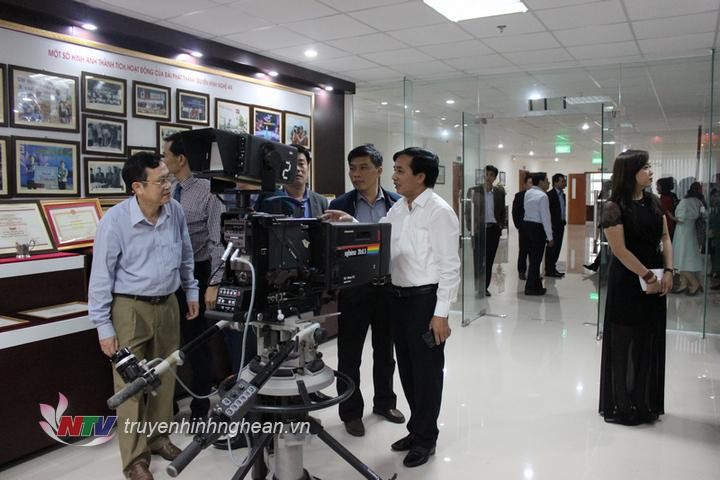 Đoàn tham quan phòng truyền thống của Đài PT-TH Nghê An.